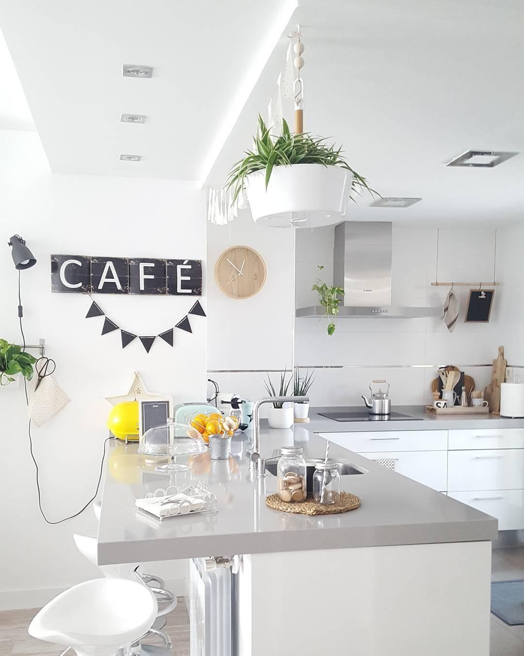 Diese helle und offene Küche lädt zum Kochen, Essen und einem ...
