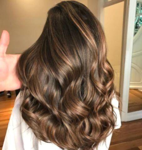 Ressemble avec des reflets caramel sur les cheveux bruns et brun foncé