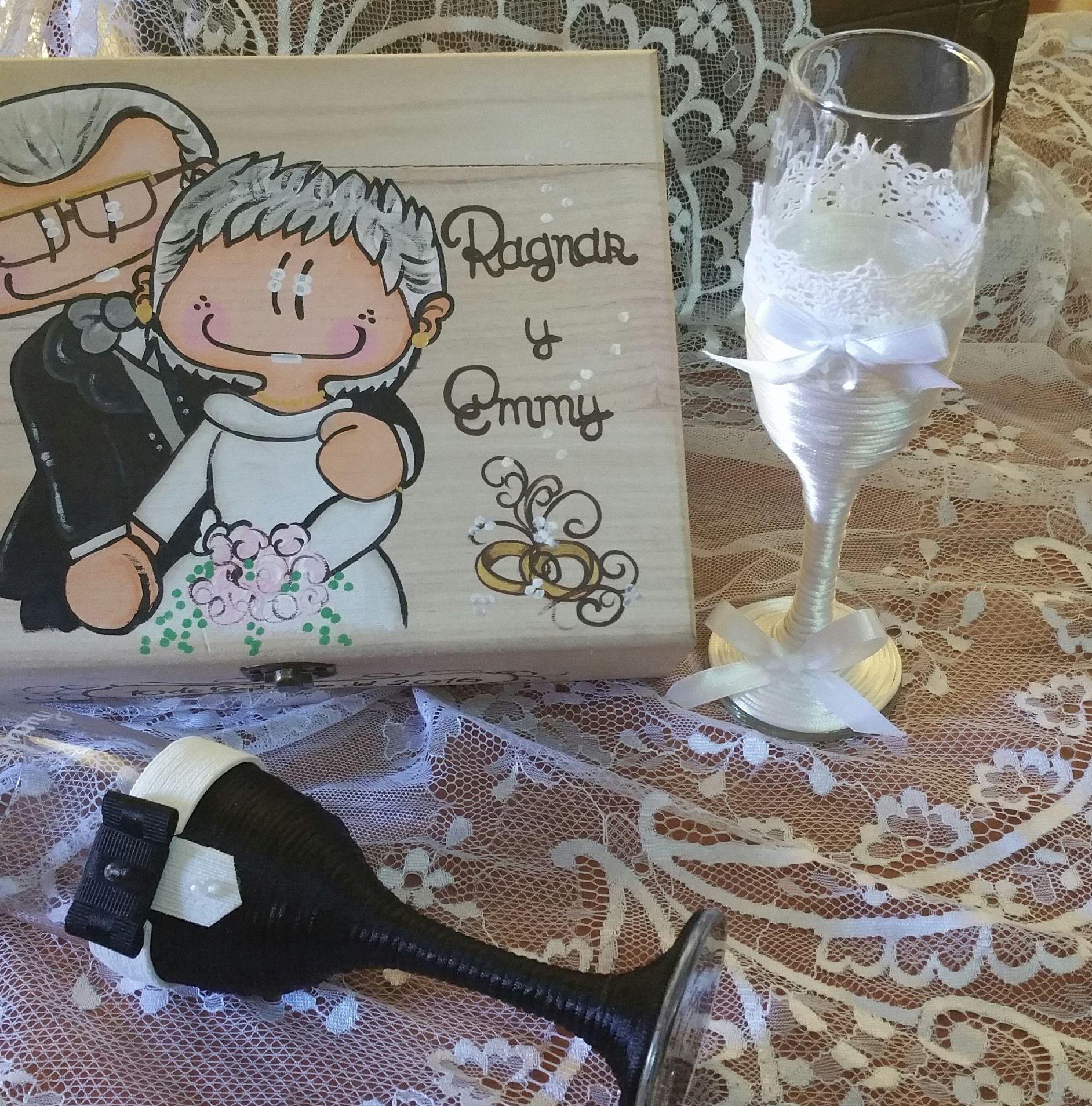 Caja de madera personalizada con copas grabadas y personalizadas para bodas....