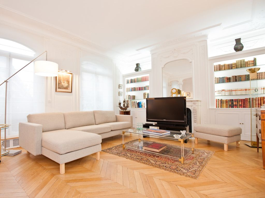 Salon d 39 un appartement haussmannien un grand canap d for Store bateau salon