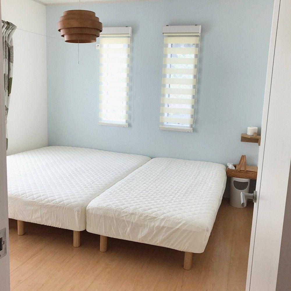 我が家の寝室は無印良品の スモールサイズのベッド2つと シングルベッド1つを並べています 大きなサイズのベッドを購入せず 今後の家族の成長やライフスタイルの変化に対応出来るように考えてこうしてみました 家族3人広々とゴロゴロと出来て気に入っているのです