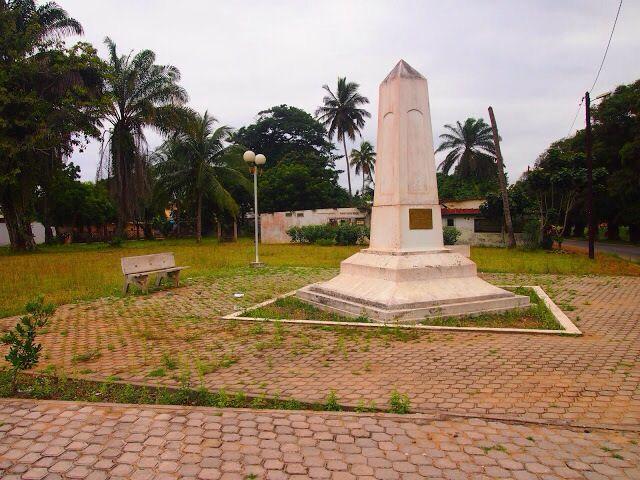 Obélisque en mémoire de Treich-Laplène Gouverneur Français à Grand Bassam en Côte D'Ivoire en Afrique de L'Ouest