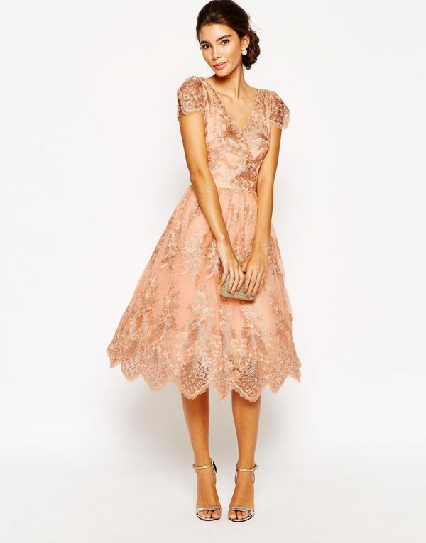 Vestido de fiesta con largo midi realizado en encaje y en color empolvado f0f16a8a6a12