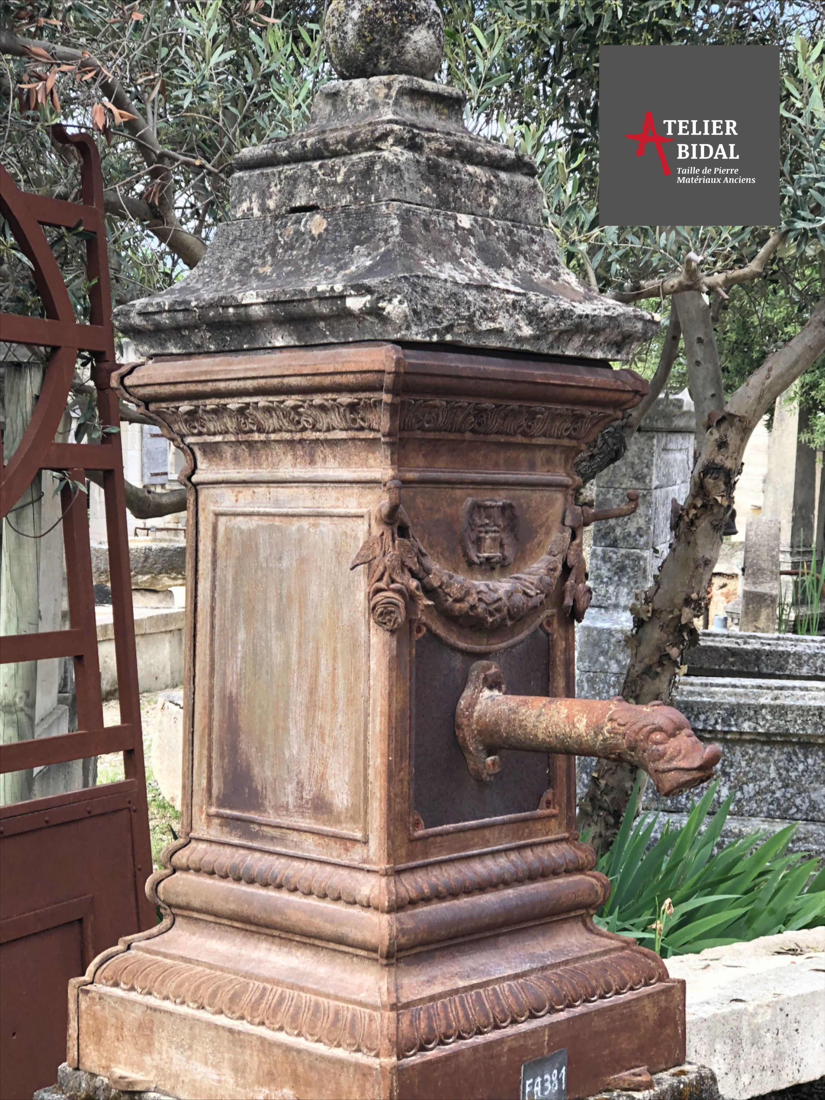 ancienne pompe a eau en fonte