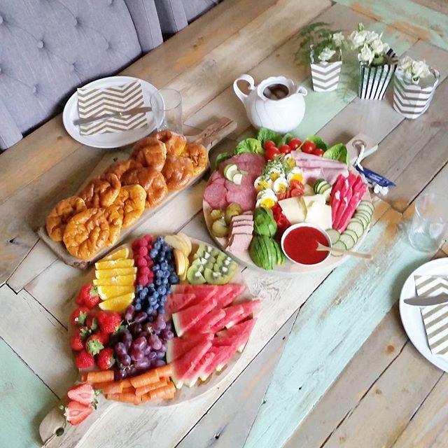 Siste kveld Benedicte er hjemme,  og hun bestilte hjemmebakte polarbrød og masse frukt til kvelds 👌 da stiller mora opp på kjøkkenet 😚😍😉 #kveldsmat #kamillepuls #brodogkorn #whereieat #onmytable #matprat  #howardkjokken #ptnatalie #eatarainbow #frukt #5omdagen #interiørmagasinet #nillenorge #fredagsinspo @hanneromhavaas
