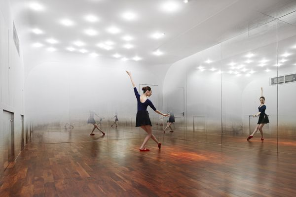 Illusion of a mist in a dance studio - Architects Tsutsumi and Associates highlit the floor presence by creating white gradients on mirrors showing only the dancer's feet - Anzas dance studio, Beijing, China - 2009