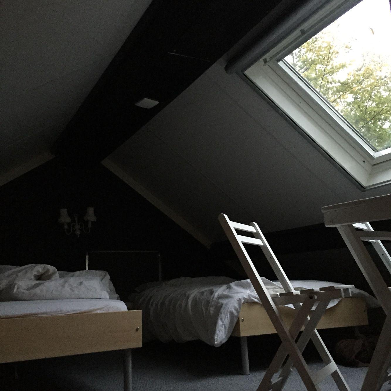 Loft huisje De Knusse    (Leenderstrijp). www.dorpswoning.nl  Maar dan met slaapbank en Tv hoek