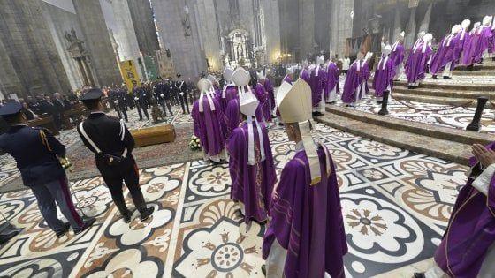 Mezz'ora prima dell'inizio della messa soltanto posti in piedi. Tanti i fedeli, i cartidinali, i vescovi e i parroci che l'arcivescovo ha