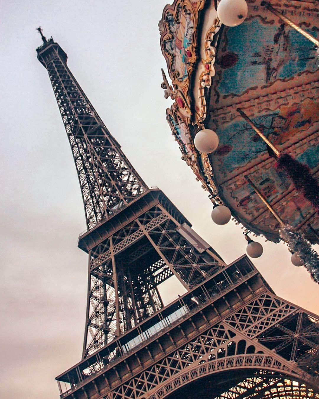 Eiffel tower color. Top secrets of the