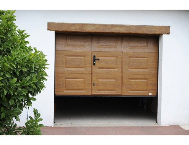 cette porte de garage sectionnelle ouverture plafond allie les avantages du pvc avec l 39 aspect. Black Bedroom Furniture Sets. Home Design Ideas