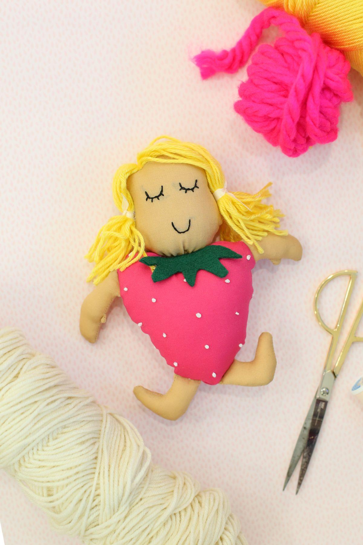 Kijk Wat Ik Gevonden Heb Op Freubelwebnl Een Gratis Patroon Van Lovely Indeed Om Aardbeienpopje Te Maken