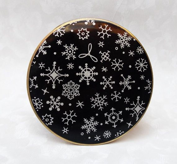 What's Christmas without snow.... Powder Compact, Stratton Powder Compact, Compact, Mirror Compact, Snowflakes, Black, Festive, Winter, Christmas - 1950s by CupfulofTrinkets, £22