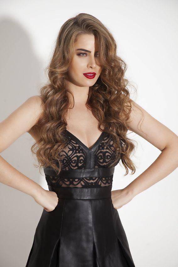 Rayanne Morais com vestido Patricia Motta de couro com renda ... bb56cc88ebeb