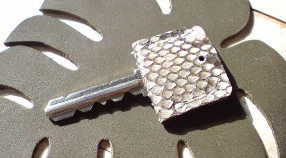 カギが見つけやすくなる。回しやすくなる。蛇革のキーカバーです。素材:蛇革(表)、牛革(中)サイズ:縦3cm×横3.5cm|ハンドメイド、手作り、手仕事品の通販・販売・購入ならCreema。