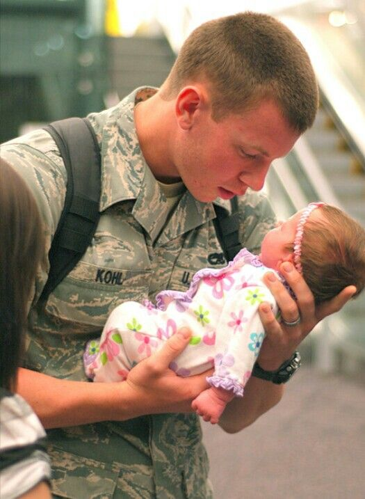 Army Dad Holding His Daughter For The 1St Time Usarmy -5421