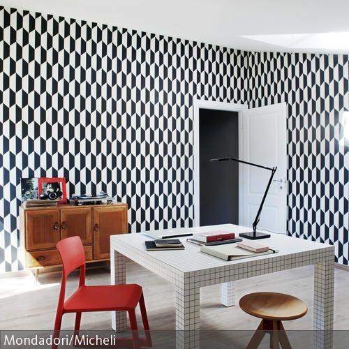 Gemusterte Tapete In Schwarz Weiß | Rote Stühle, Arbeitszimmer Und Blickfang
