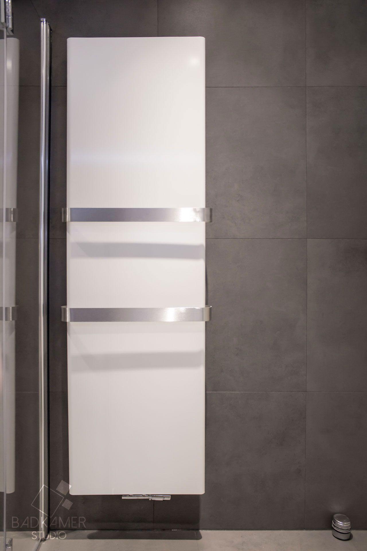 Moderne badkamer in Den-Haag met een witte designradiator en twee ...