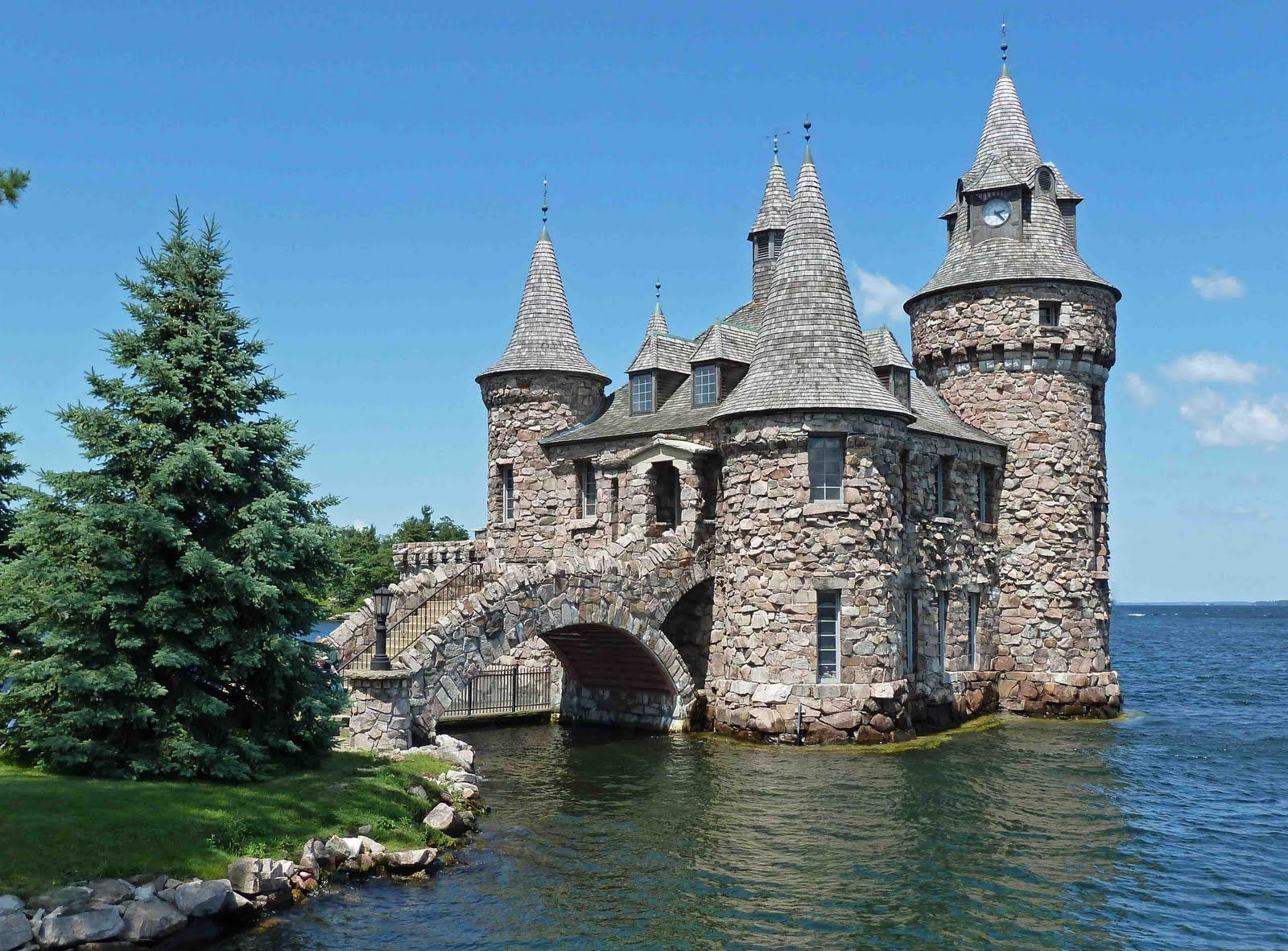 Mini castle house plans last dance boldt castle heart for Castle modular homes