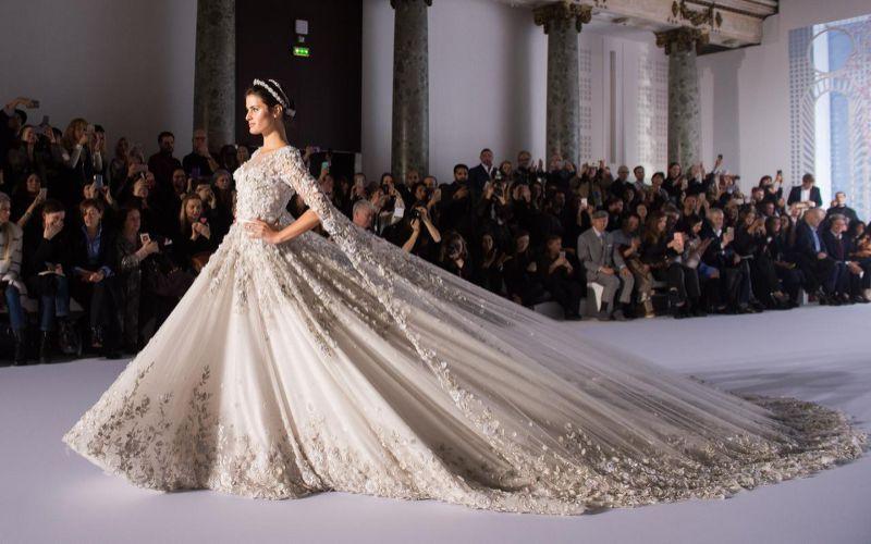 Dieses Hochzeitskleid müssen 6 Menschen über den Laufsteg tragen