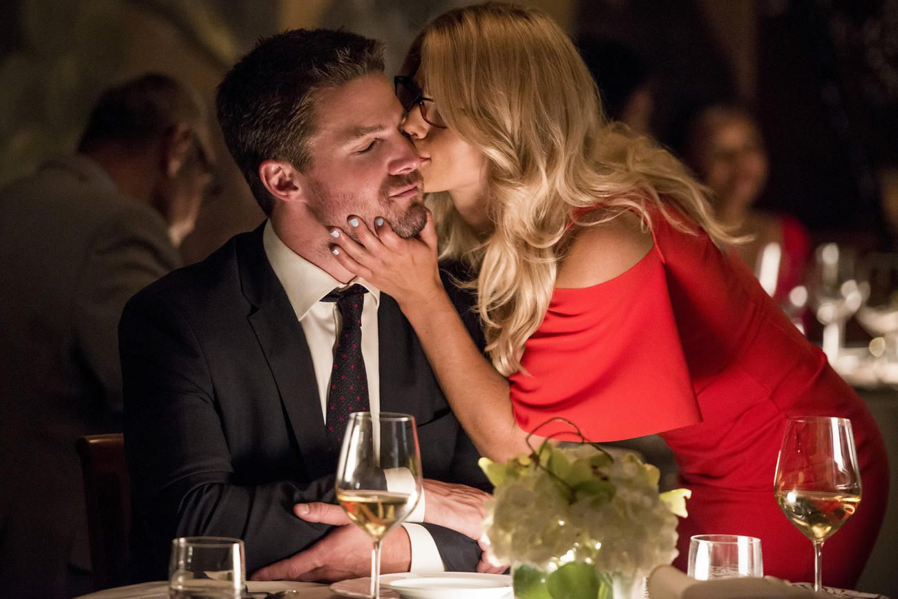 Arrow Oliver And Felicity Pull A Freaky Friday Oliver Felicity Emily Bett Rickards Stephen Amell