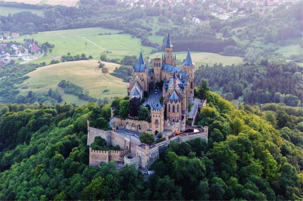 Burg Von Oben Google Suche Horror Filme Horrorfilm Burg