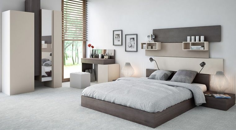 cabecero de cama de láminas de madera en el domritorio moderno