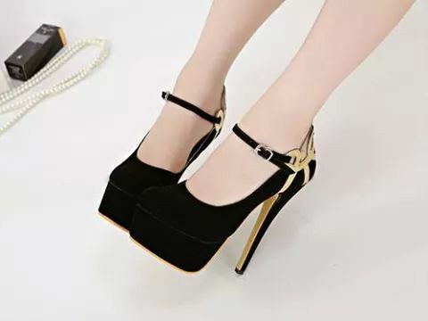 Black pomps heels <3