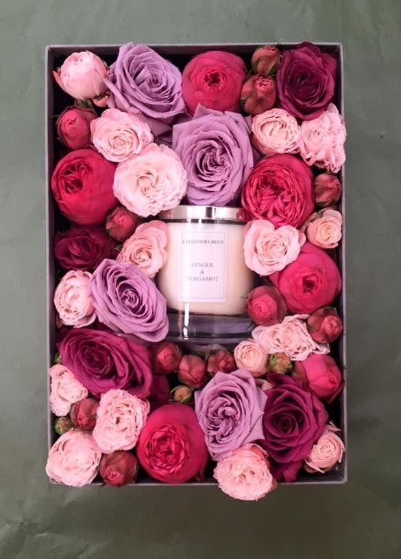 Een Troostbox Met Bloemen En Een Kaars Kijk Voor Meer Inspiratie Voor Een Geschenk Voor Iemand In Rouw Op Www R Flower Gift Ideas Flower Box Gift Flower Gift
