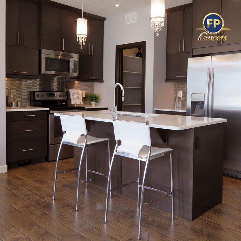 Los colores oscuros en cocinas, combinados con accesorios en acero