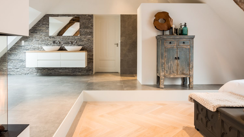 de natte ruimten met inloopdouche wastafel en bad staan op een