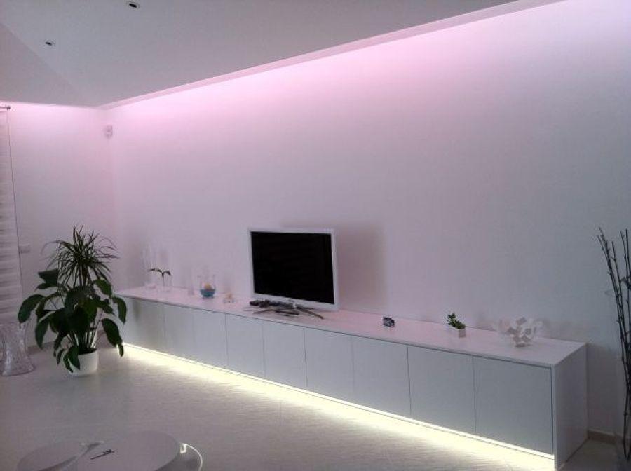 una stanza luminosa dall\'arredamento moderno illuminata con due ...