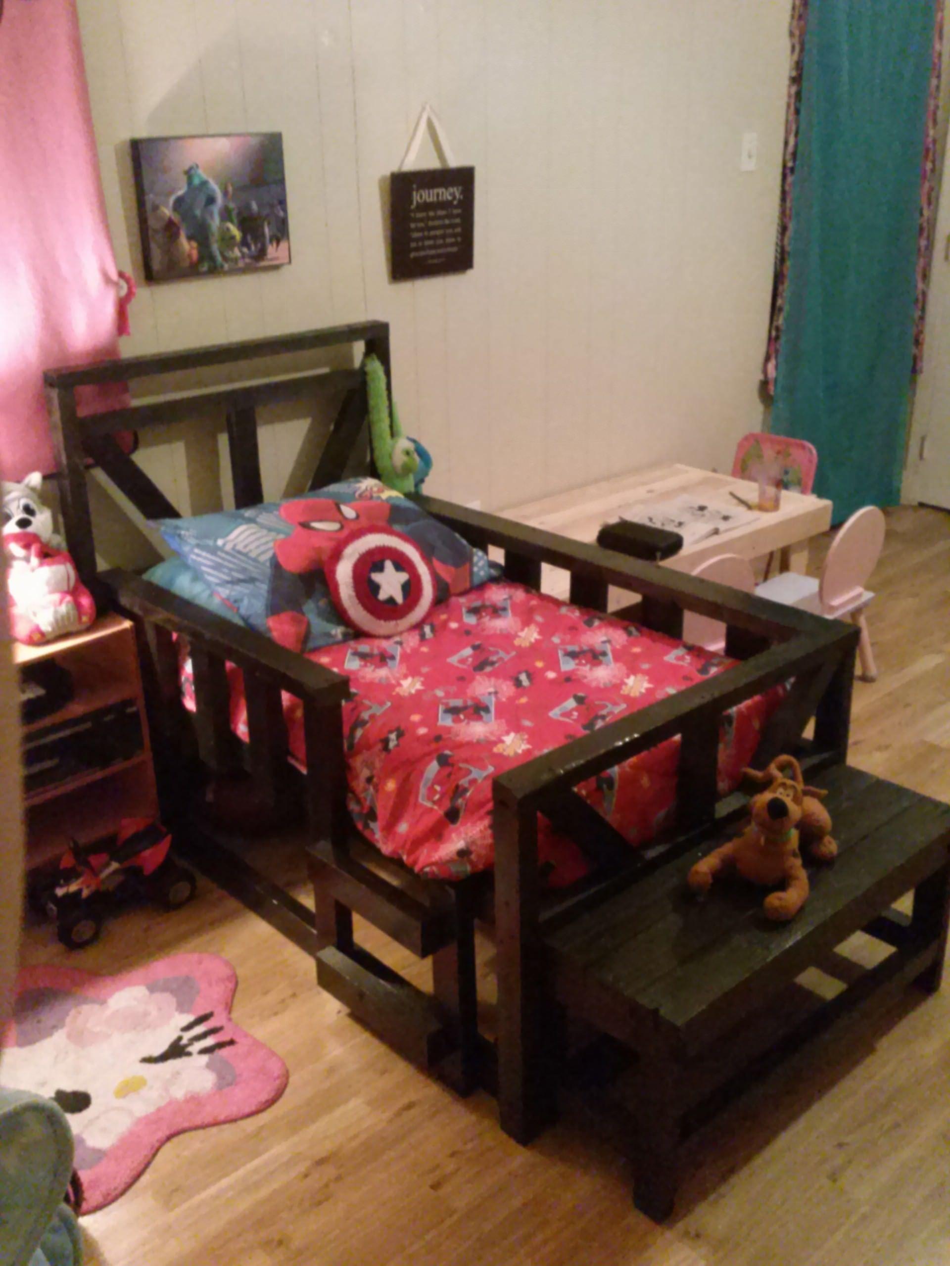 Pallet Toddler Bed • 11 Pallets  Pallet furniture bedroom