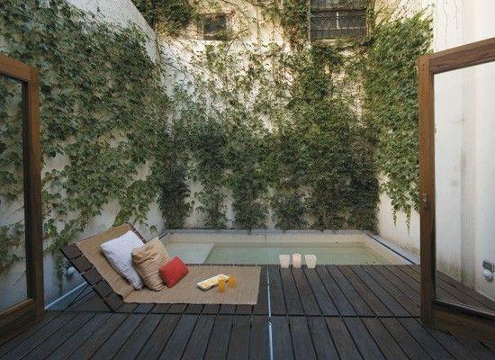Un patio interno con deck decoracion dise o small - Jardines chicos decoracion ...