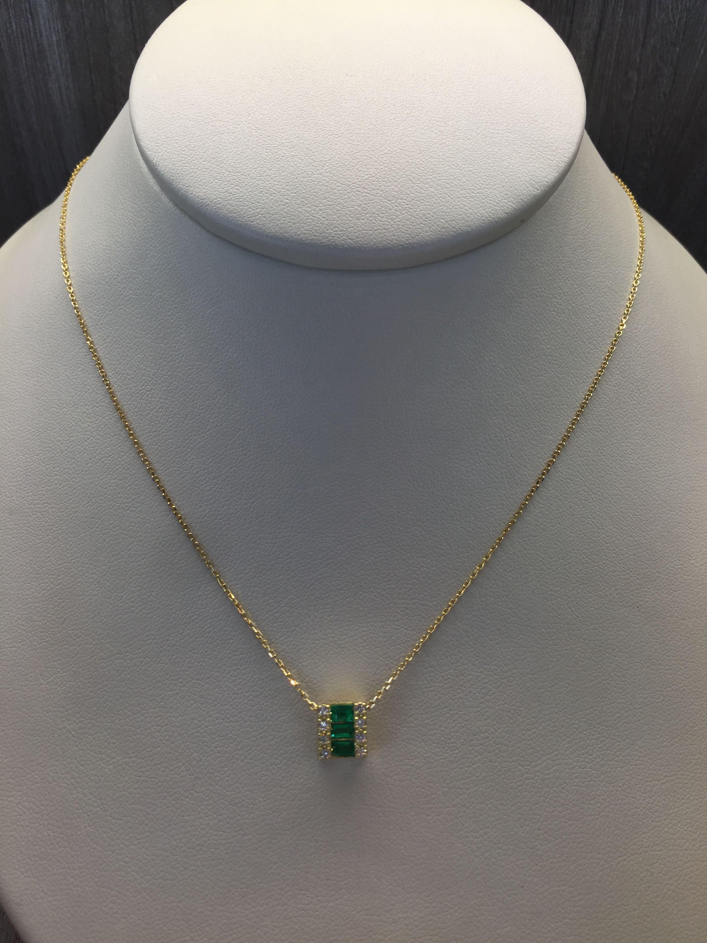 1bd4a8ca03db Dije en oro amarillo de 18 K con esmeraldas y diamantes. | A Moda en ...