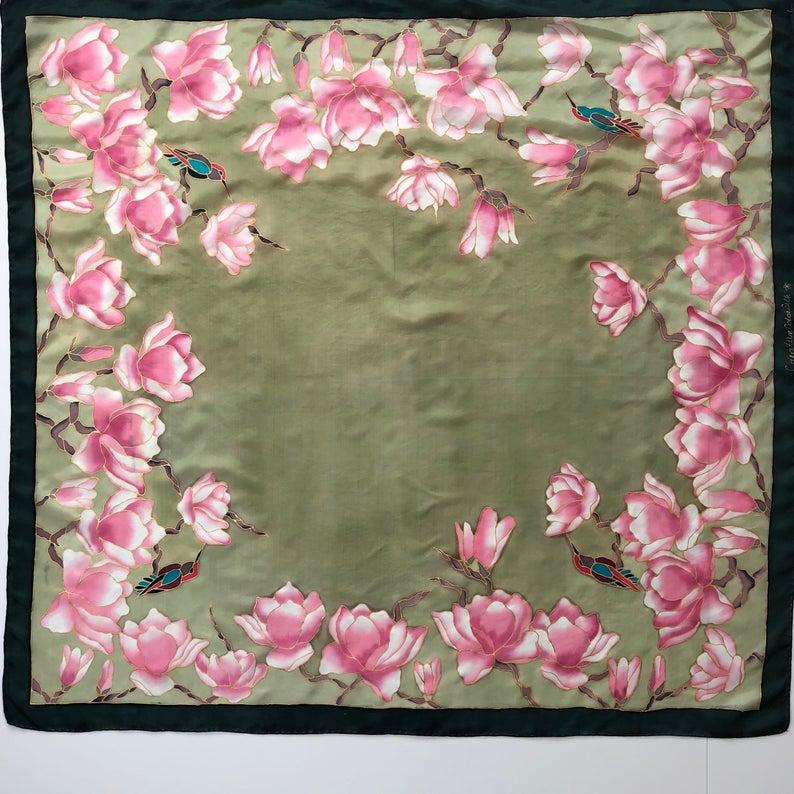 Pañuelo con magnolias pintando a mano. Pañuelo de seda para mujer. Pañuelo verde con flores rosas y colibrí. Chal de seda pintado a mano