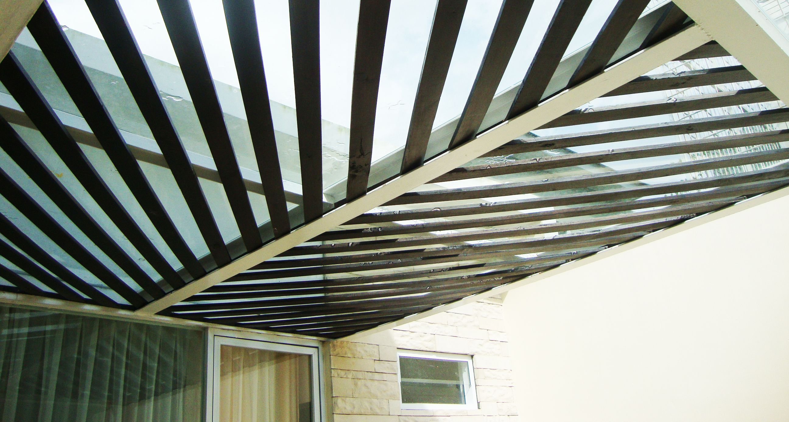 Canopy Glass pada halaman belakang rumah dikombinasi dengan Kayu