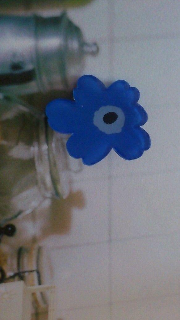 芥子の花をプラ板で作りました。カラーは、ブラック×ライトブルー×ブルーです。 サイズは33×28mmほどになります。ひとつ...|ハンドメイド、手作り、手仕事品の通販・販売・購入ならCreema。