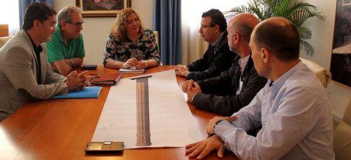 El alcalde de La Rinconada (Sevilla) se interesa por el proyecto de recuperación de la chimenea de la Fábrica del Pilar y del conjunto fabril