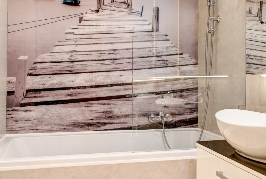 Aranżacja łazienki Z Wanną Z Dodatkową Szklaną Szybą Która
