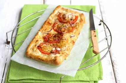 Hartige taart van croissantdeeg met crème fraîche en tomaat