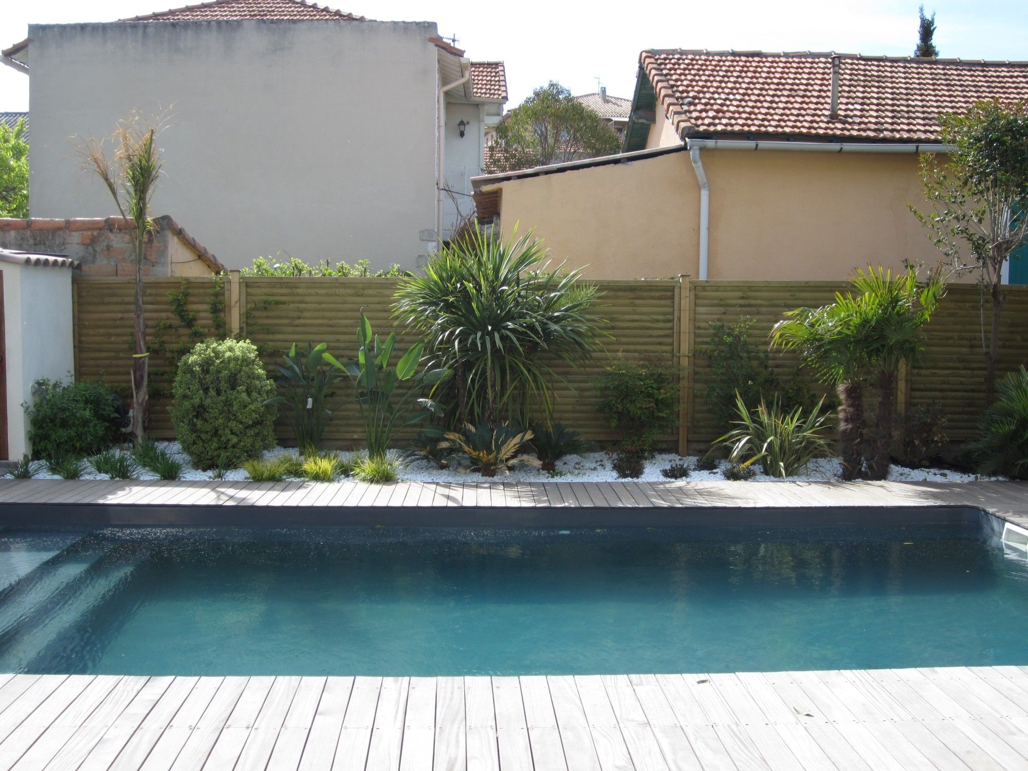 Piscine terrasse en bois am nagement paysager avec de for Amenagement decoration jardin