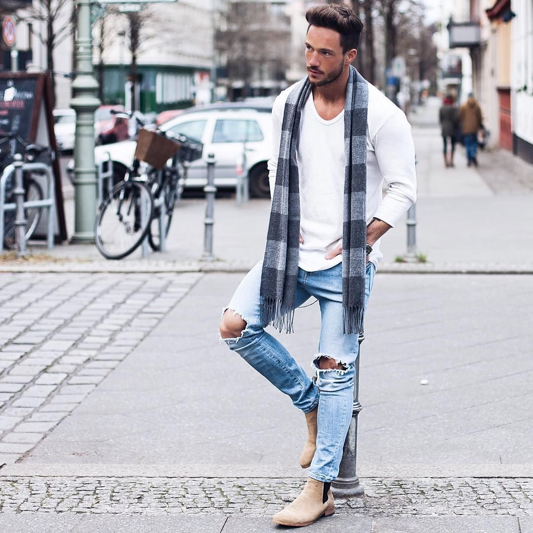 """be real Longsleeve: @livefastdieyoung_de Jeans: @hm Boots: @shoethebear Scarf: @zara"""