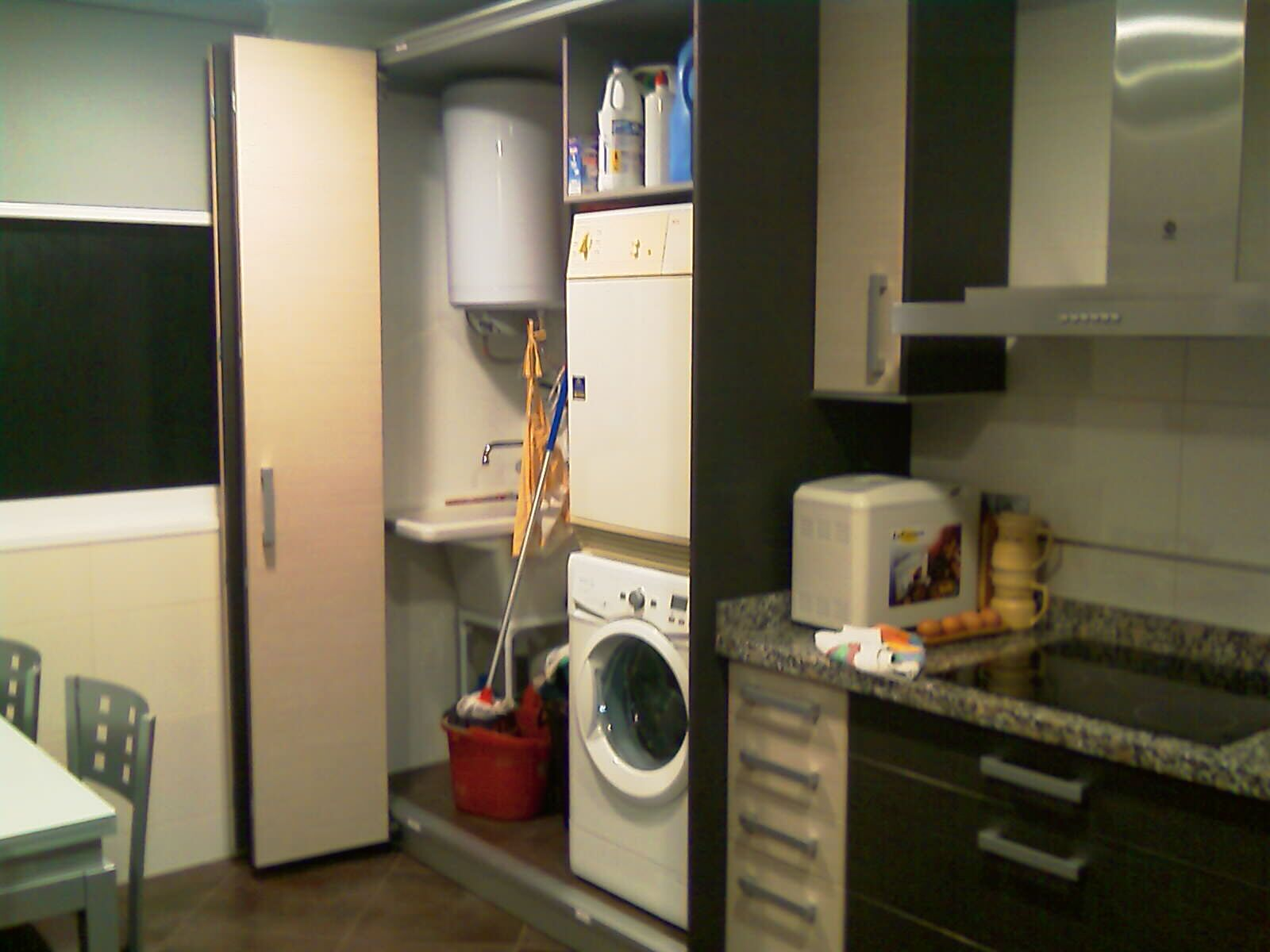 Interior lavadero oculto con puertas plegables correderas for Lavaderos de cocina