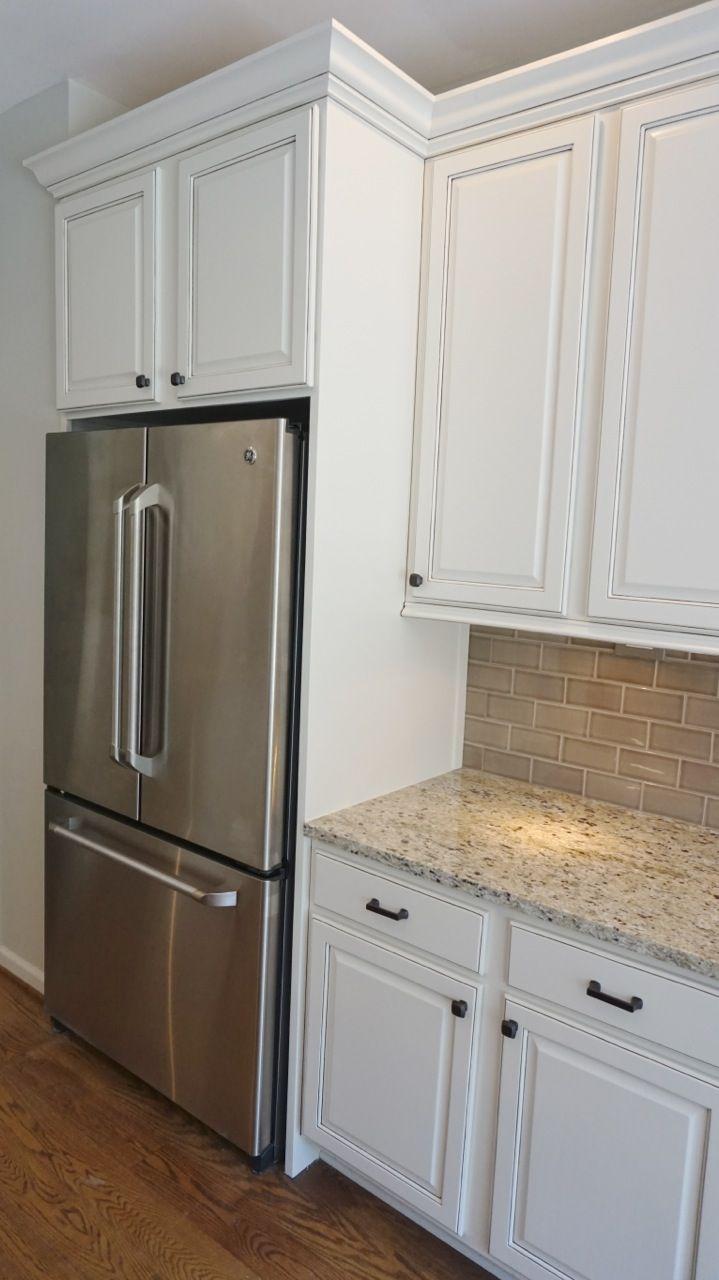 Lagerung von küchenschränken refrigerator enclosure to give built in look with glazed cabinets