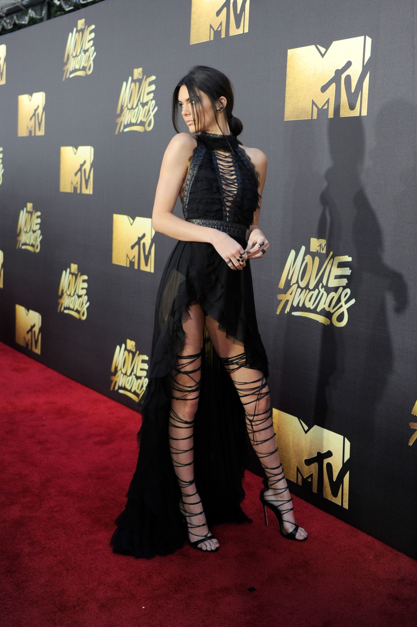 It Takes a Village…to Lace Up Kendall Jenner's Boots for the MTV Movie Awards – Long dresses