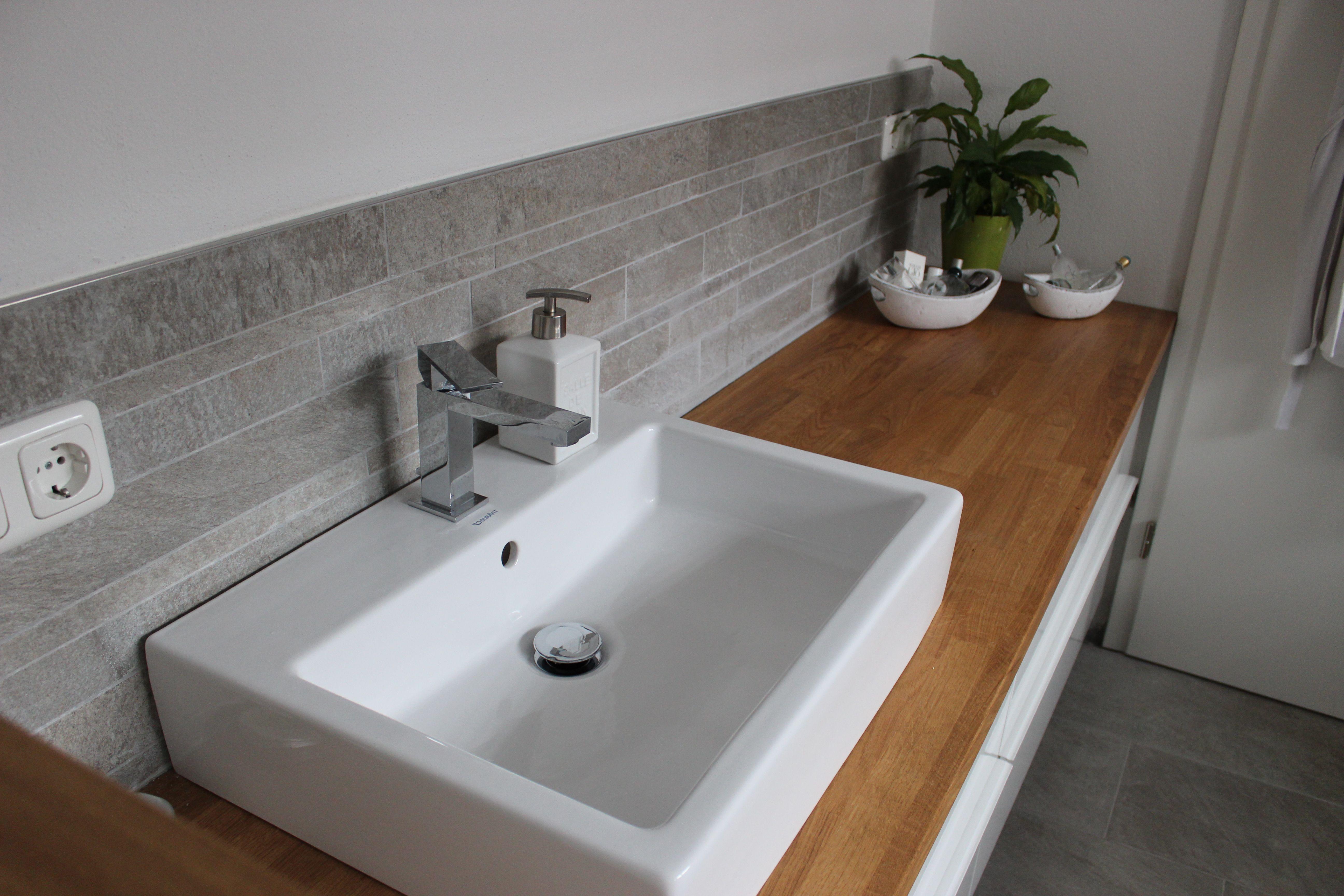 badezimmer waschtisch halbhoch mit mosaik farblich passend zum boden wurde an der wand das. Black Bedroom Furniture Sets. Home Design Ideas
