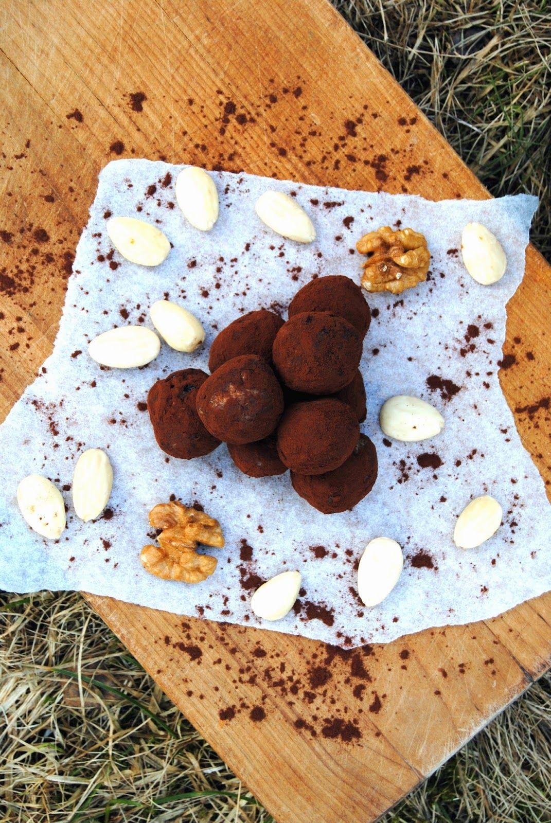 Terveen hyvää: Punaviinitryffelit (punaviiniä, rusinoita, saksanpähkinöitä, manteleita, tummaa kaakaojauhetta)