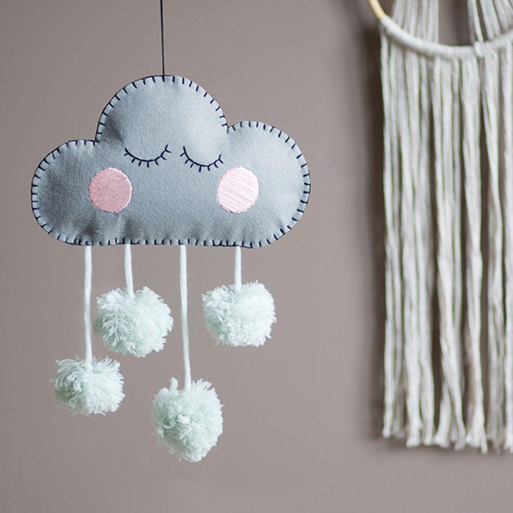 DIY-Deko fürs Kinderzimmer: Filzwolke mit Pompoms #diykinderzimmer