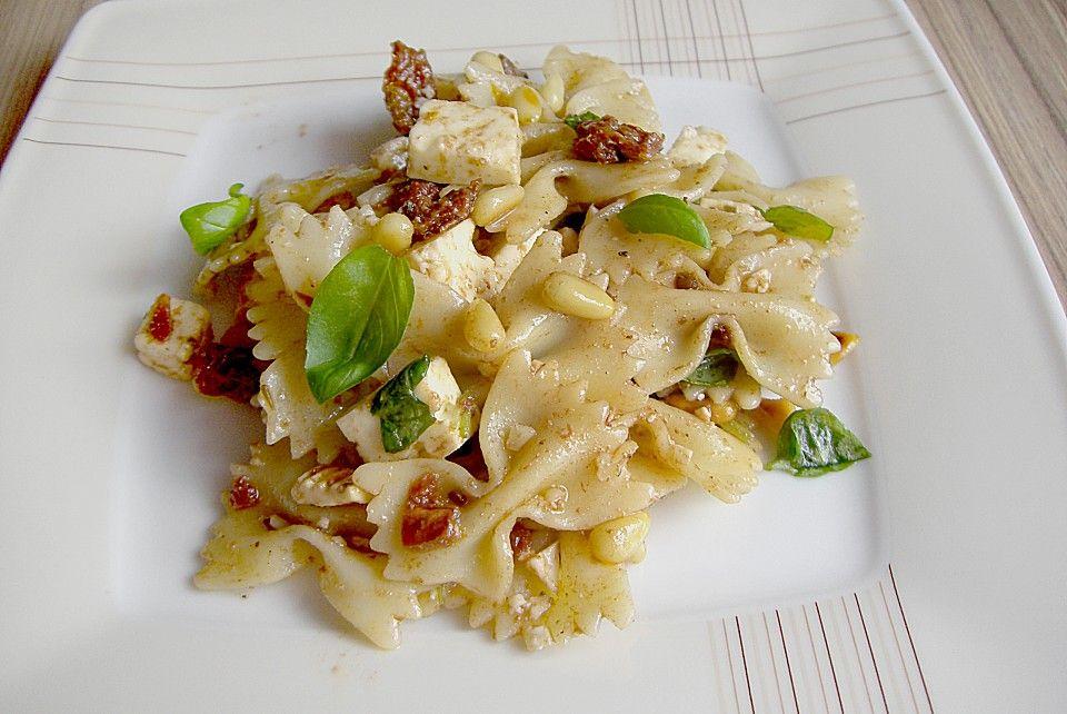 Nudelsalat mit getrockneten Tomaten, Pinienkernen, Schafskäse und Basilikum, ein schmackhaftes Rezept aus der Kategorie Kochen. Bewertungen: 305. Durchschnitt: Ø 4,6.