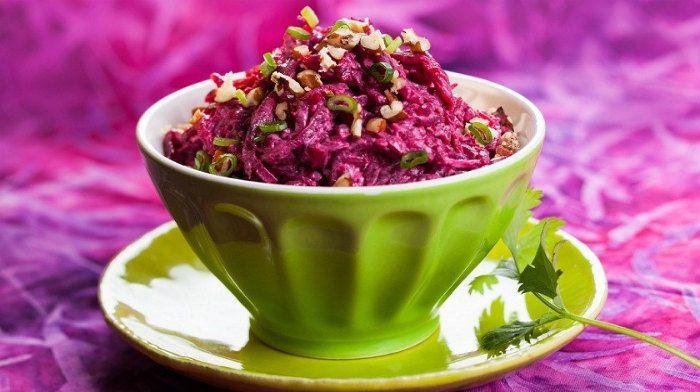 Салат из свёклы с сыром – салат, который не успел приесться так, как сельдь под шубой, например. Любителям этого полезного овоща очень понравится этот салат, он очень вкусный. В него еще можно добавить чернослив, но это для тех, кому уж совсем захотелось чего-то необычного!
